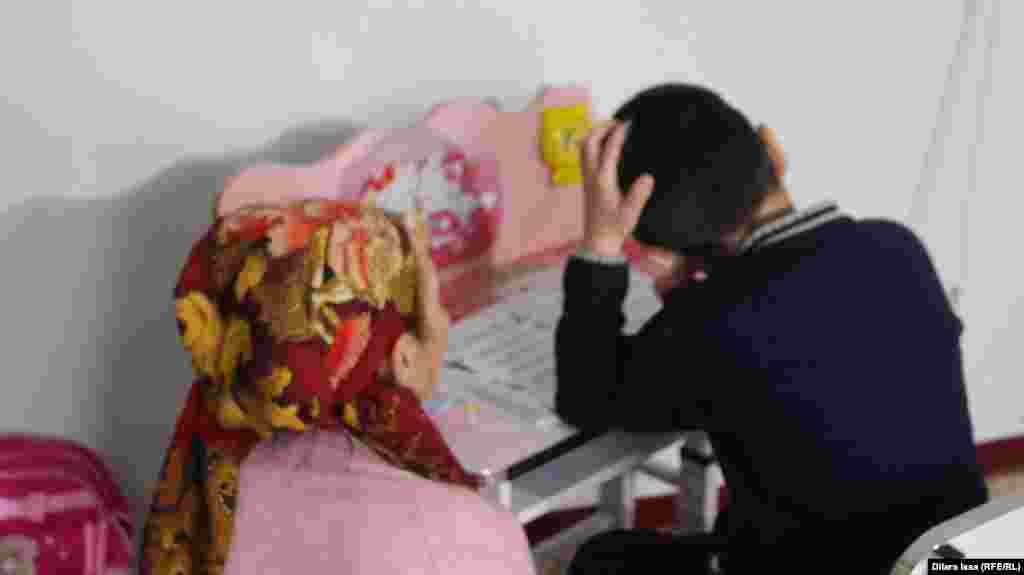 Шарипа Батырбекова, жительница села Абай Сарыагашского района, 13 марта рассказала Азаттыку, что ее семилетний внук с августа 2017 года несколько раз подвергался избиениям и сексуальному насилию со стороны старшеклассников. Несмотря на то, что она незамедлительно обратилась с жалобой в полицию, ее заявление полицейские приняли только на третий раз. Дело стало резонансным, активисты пришли на помощь семье ребенка. В сентябре перед судом предстал один из предполагаемых насильников. В прокуратуре заявили, что трех других подростков нельзя привлечь к уголовной ответственности, поскольку на момент совершения предлагаемого преступления им не было 14 лет. Сарыагаш, 13 марта 2018 года. Фото корреспондента Азаттыка Дилары Исы.