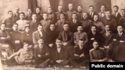 """Фракция """"туфракчылар"""" (ноябрь 1917 года). Во втором ряду (сидят) первый слева— Галимджан Шараф, четвертый слева — Ильяс Алкин, третий справа — Галимджан Ибрагимов."""