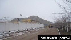 Ограждение вокруг тюрьмы в Таджикистане.