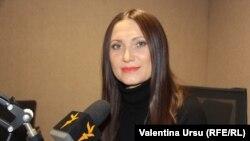 Corina Digore în studioul Europei Libere de la Chișinău