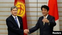 Кыргыз президенти Алмазбек Атамбаев менен Жапониянын премьер-министри Синдзо Абэ. Токио, 27-февраль, 2013-жыл