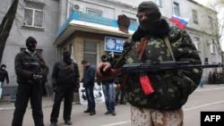 Славянск қаласының милиция бөлімін басып алған қарулы топ мүшелері. 12 сәуір 2014 жыл.
