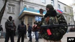 Проросійські озброєні сепаратисти охороняють захоплений ними відділок міліції у Слов'янську