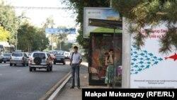 Остановка общественного транспорта на одной из алматинских улиц. 6 августа 2013 года.