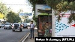 Автобус аялдамасында тұрған адамдар. Алматы. 6 тамыз 2013 жыл.