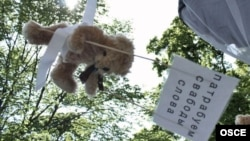 Один из плюшевых медведей, сброшенных на Минск в июле 2012 года.