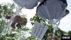 Плюшевые мишки с листовками, сброшенные с самолета Томаса Мазетти.