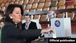 Косово президенті Атифете Яхьяга дауыс беріп тұр. Приштина, 3 қараша 2013 жыл.