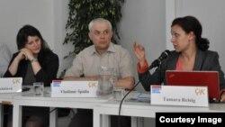 """Тамара Рейсиг (справа) выступает на семинаре в """"Оранжевом клубе"""" в Праге, 2013 год."""