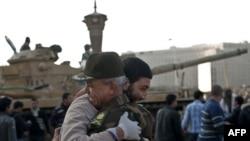 Демонстранты поздравляют друг друга в связи с отставкой Мубарака. Площадь Тахрир, Каир 12 февраля