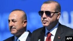 Türkiyə prezidenti Recep Tayyip Erdoğan (sağda) və xarici işlər naziri Mevlüt Çavuşoğlu