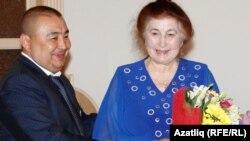 Ринат Насыйров җәмәгать эшлеклесе Роза Яхинаны тәбрикли