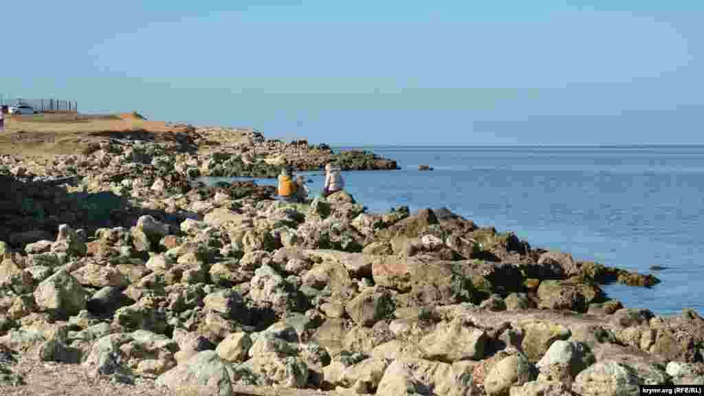 Дикий каменистый пляж в парке Победы в Севастополе