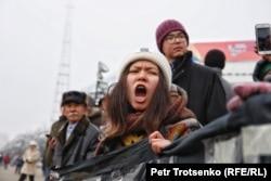 Девушка у монумента Независимости. Алматы, 16 декабря 2019 года.