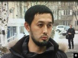 Гражданский активист Альнур Ильяшев у здания Бостандыкского районного суда. Алматы, 24 декабря 2018 года. Скриншот с видео.