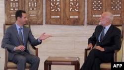 Сирия президенті Башар Асад (сол жақта) пен халықаралық Қызыл крест ұйымының басшысы Якоб Келленбергер. Дамаск, 5 қыркүйек 2011 ж.