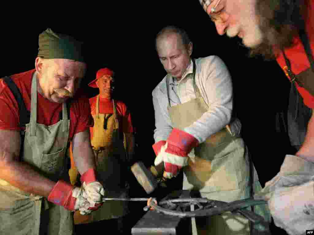 Владимир Путин кует железо в селе Тальцы в Иркутской области