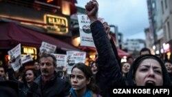 Акция протеста в Стамбуле вечером 17 апреля 2017 года.