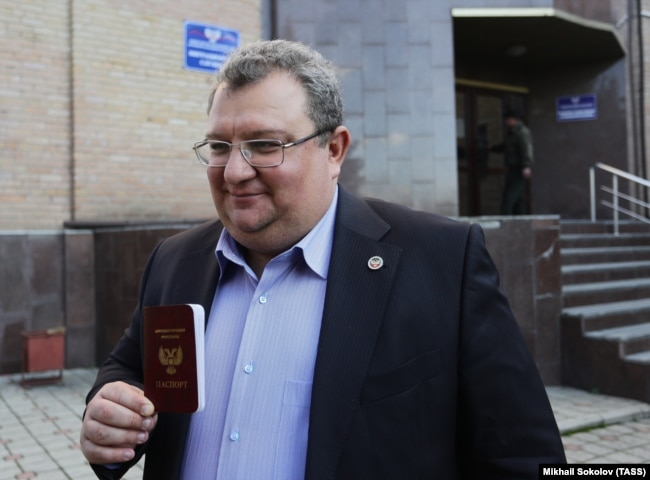 Игорь Мартынов с паспортом гражданина ДНР