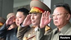 Ким Чен Ир (справа) и другие члены руководства КНДР