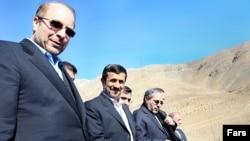 محمد باقر قالیباف (سمت چپ) همراه با محمود احمدی نژاد.