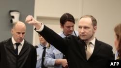 Андерс Брейвик приветствует соравшихся в зале суда, 16 апреля 2012
