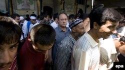 Архивска фотографија: Етнички Ујгури се молат во џамија во провинцијата Ксинџијанг во Кина.