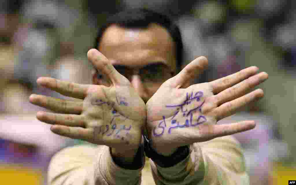 "Сторонник Саида Джалили. На его ладонях написано ""Саид Джалили - солдат Хаменеи"""