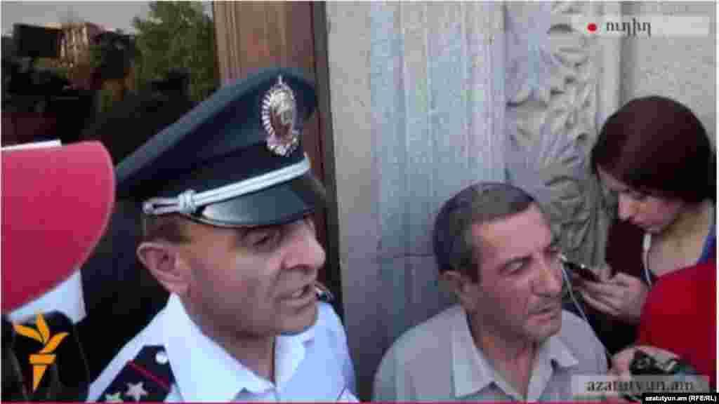 Заступник начальника поліції Єревану веде переговори з протестуючими, Єреван, 22 червня 2015 року
