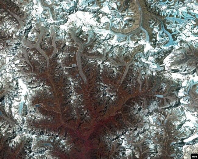 Климаттын өзгөрүүсү Эверест тоосунун мөңгүлөрүнө кандай таасир эткенин көрсөткөн сүрөт. 2014-жыл.