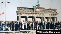 Căderea Zidului Berlinului. În seara de 9 noiembrie 1989, punctele de trecere a frontierei din oraș au fost asaltate de est-berlinezi. Aici, imaginea Porții Brandenburg, a doua zi.