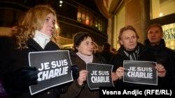 Je Suis Charlie деген жазу ұстаған адамдар Париждегі шабуыл құрбандарын еске алып тұр. Белград, 8 қаңтар 2015 жыл.