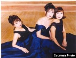 Справа налево: трио сестер Накипбековых, Эльвира (скрипка), Элеонора (пианино) и Альфия (виолончель). Великобритания.