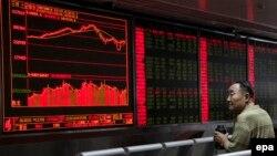 Инвестор в китайской брокерской компании. Иллюстративное фото.