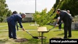 Armenia - President Serzh Sarkisian (L) and U.S. Ambassador Richard Mills plant a tree at the U.S. Embassy compound in Yerevan, 4Jul2017.