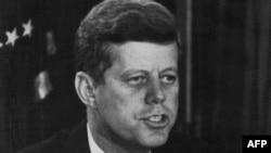 АҚШ президенті Джон Кеннеди Кариб дағдарысы жайлы мәлімдеме жасап отыр. Нью-Йорк, 23 қазан 1962 жыл.