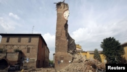 Разрушенная в результате землетрясения 20 мая башня