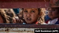 Мирные арабские и курдские жители покидают районы боёв на севере Турции, 10 октября 2019 года