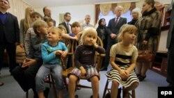 Украинские дети из Макеевки (на востоке страны) смотрят телевизор в центре социально-психологической реабилитации.