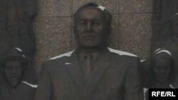 Барельеф Нурсултана Назарбаева на монументе «Казах ели» в Астане.