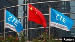 پرچم جمهوری خلق چین و پرچمهای زدتیئی در ساختمان این شرکت در شنژن