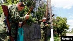 Донецкдаги қуролланган россияпарастлар.