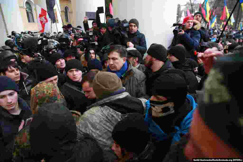 Після того, як між прихильниками Саакашвілі, які намагалися зайти в Жовтневий палац, і правоохоронцями сталися сутички, лідер «Руху нових сил»закликав своїх прихильників відійти від будівлі та повернутися на майдан Незалежності