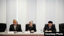 Përfaqësues të Këshillit Koordinues të Asociacionit të Shoqatave të familjarëve të personave të pagjetur të Kosovës.