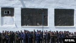 В українських тюрмах сьогодні перебуваює понад 140 тисяч засуджених (На фото: в'язні виправної установи № 62 в Черкаській області, 3 червня 2008 року.)