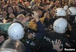 Полиция пытается предотвратить штурм парламента Черногории активистами оппозиции. 17 октября