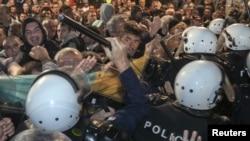Pamje nga aksioni i policisë gjatë shpërndarjes së demonstruesve opozitaarë në Podgoricë