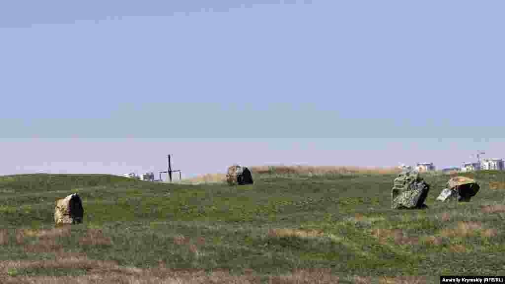 Біля зольників на місці зниклого села Керменчик встановили по колу мармурові валуни, які з часом прикрасили любителі графіті
