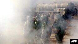 Әскери жаттығуда жүрген Ресей армиясы зымыран күштерінің жауынгерлері. Көрнекі сурет.