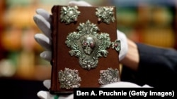 J. K Rowling-in kitablarının naşiri Barry Cunningham-a hədiyyə etdiyi öz əl yazması olan kitab.